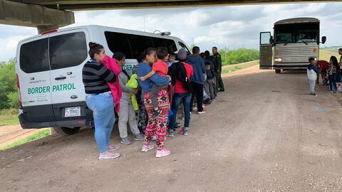 Inmigrantes que son detenidos en la frontera reciben ayuda de la Patrulla Fronteriza