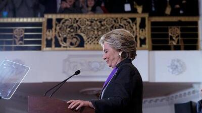 Hillary Clinton reconoce formalmente su derrota en emotivo discurso