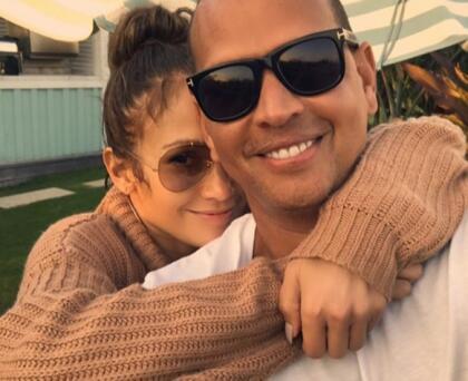 """Y por supuesto que tiene más de una con su """"macho bello"""": Alex Rodríguez, con quien  <b>cumplió 3 años de relación</b> un día despu´es del Super Bowl 2020."""
