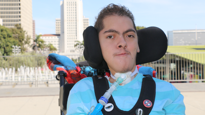 Hispano discapacitado que solo mueve dos dedos logra graduarse con ayuda de un robot