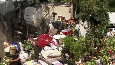 La basura que esta mujer acumuló fuera de su casa es tan descomunal que la multaron con más de $340,000