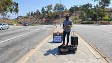 Músico toca su violín para llevar alegría en las calles de Los Ángeles