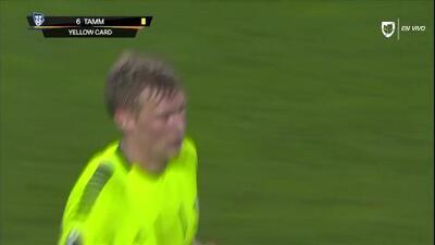 Tarjeta amarilla. El árbitro amonesta a Joonas Tamm de Sarpsborg 08