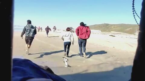 Agentes Fronterizos interceptan a 52 inmigrantes que cortaron una malla del muro para poder ingresar a EEUU