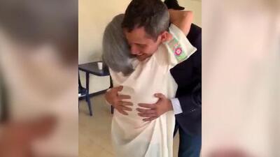 El emotivo abrazo de Guaidó y su madre al llegar a Venezuela en medio de la amenaza de que será detenido