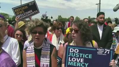 """""""¡Liberen a los niños!"""": líderes religiosos y activistas protestan frente a un centro migratorio en Texas exigiendo su cierre"""