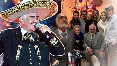 Vicente Fernandez disfrutó viendo a sus nietos abrir los regalos y participó en los juegos de una divertida cena familiar navideña