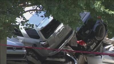 Investigan las causas del derrumbe del estacionamiento que provocó el daño de más de 20 vehículos