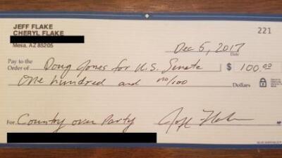 El senador republicano Flake manda un cheque con $100 al rival demócrata de Roy Moore