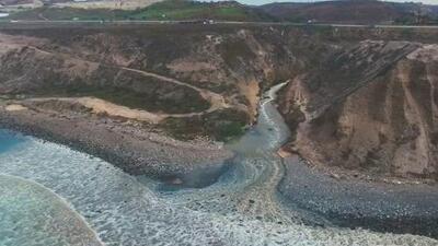 ¿Qué es la mancha que amenaza la playa fronteriza entre San Diego y Tijuana?