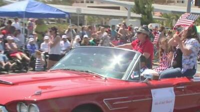 Así transcurre el tradicional desfile del 4 de julio en Huntington Beach