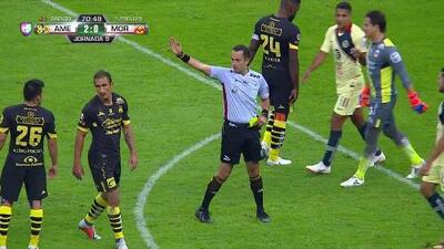 Tarjeta amarilla. El árbitro amonesta a Diego Lainez de América