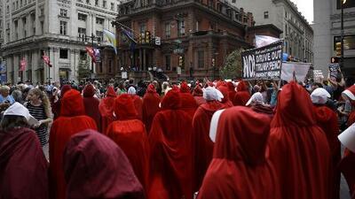 Vestidas de criadas de 'The Handmaid's Tale', así protestaron en Philadelphia contra Pence