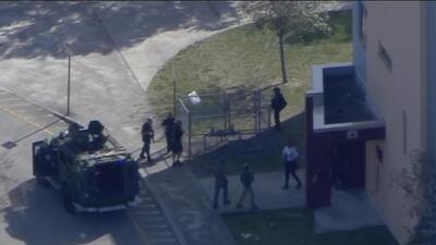 Policía responde a un reporte de tiroteo en una escuela secundaria de Florida