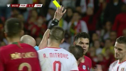 Tarjeta amarilla. El árbitro amonesta a Dusan Tadic de Serbia