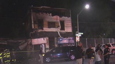 Una explosión y posterior incendio en El Bronx deja a tres bomberos heridos y varias viviendas y negocios destruidos