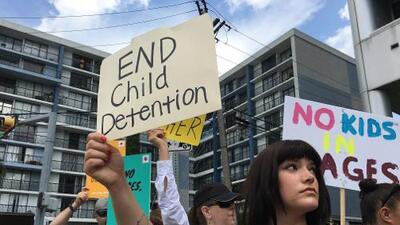 """El reclamo de los manifestantes que exigen el cierre de los centros de detención de menores: """"Necesitan protección, no maltrato"""""""