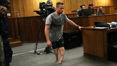 El dramático momento del juicio a Oscar Pistorius en el que caminó sin sus prótesis