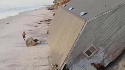 Esta casa quedó completamente volcada en la arena tras el paso de Irma