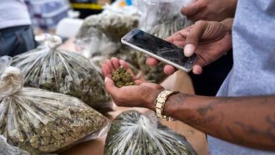 Un policía roba más de $1 millón en marihuana y dinero fingiendo operativo antinarcóticos en Los Ángeles