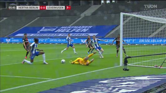 ¡El Hertha se salva de milagro! Barrida de Boyata para evitar el gol de Volland