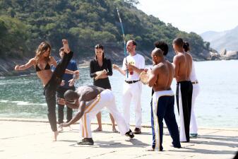 Adriana Lima y Alessandra Ambrosio hacen Capoeira