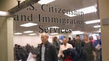 """""""Esperamos que en el futuro no exista"""": inmigrantes en Chicago sobre la regla de carga pública"""