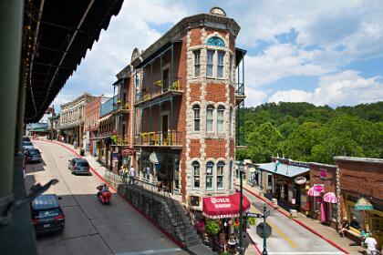 <b>13. Eureka Springs, Arkansas.- </b>El centro histórico de esta ciudad de 2,114 habitantes es parte del Registro Nacional de Lugares Históricos y el sitio de eventos progresivos como los festivales de orgullo LGBTQ. La ciudad está ubicada en las montañas de Ozark. <br>