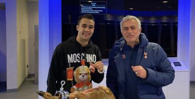 Mourinho cumplió y le compró un jamón de 560 euros a Reguilón