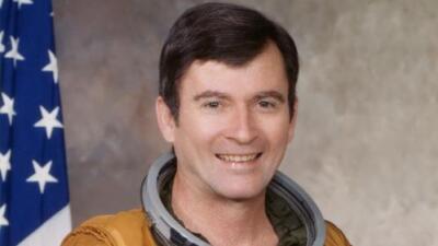 Muere el astronauta John Young, quien viajó a la Luna dos veces e inauguró los viajes en transbordadores