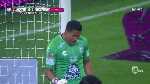 Jorge Hernández despeja el balón y aleja el peligro