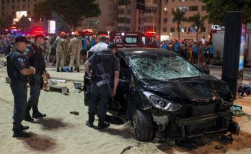 Vehículo arrolla a transeuntes en la playa de Copacabana