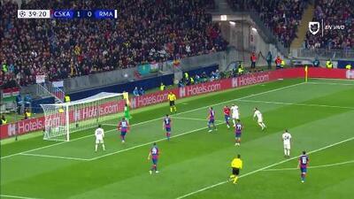 ¡CERCA!. Karim Benzema disparó que se estrella en el poste.