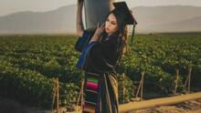Se graduó de la universidad y regresó al campo para homenajear a sus padres: la historia de esta joven latina