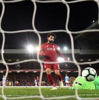 Liverpool aplastó al descendido Huddersfield y retomó la cima