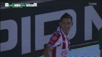 ¡Metal y se salva León! Uriel Antuna estrella la pelota en el poste