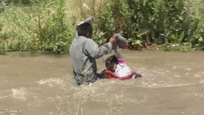 Gritos de pánico: las impactantes imágenes de migrantes luchando con sus hijos contra la corriente del río Grande