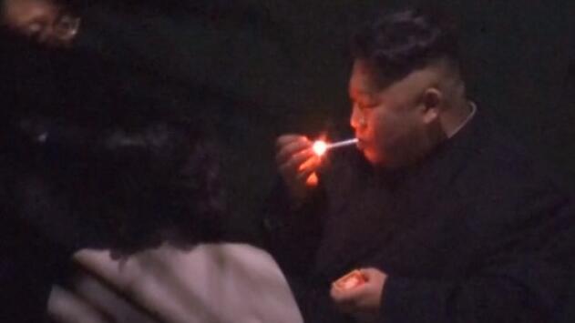 Captan a Kim fumándose un cigarrillo en una pausa de su largo viaje en tren a Vietnam
