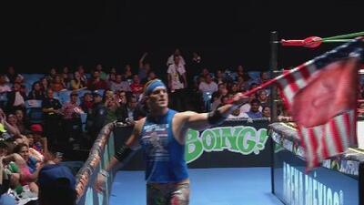 Un luchador se hace famoso en México por subir al ring con una bandera de apoyo a Trump