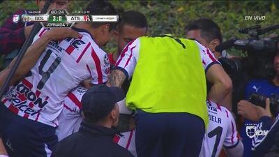 Hat-trick de Vega y llega el 30 para Chivas. ¡Qué noche la del goleador mexicano!