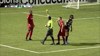 Tarjeta amarilla. El árbitro amonesta a Chris Mavinga de Toronto FC