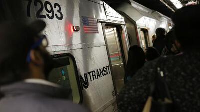 Trabajadores mantienen las labores de reparación de vías tras el descarrilamiento de un tren en la Penn Station