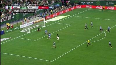 Diego Godín despeja el balón y aleja el peligro