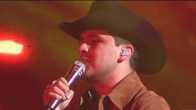 Christian Nodal pone a cantar a sus seguidores en Sacramento