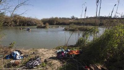 Muere un bebé y buscan a dos niños y un adulto tras volcarse la balsa en que cruzaban la frontera