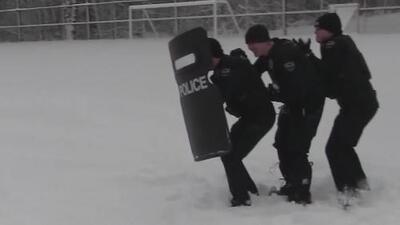 En video: Así fueron vencidos estos policías por unos niños en una guerra de nieve