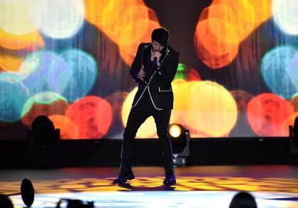 El cantautor colombiano Sebastián Yatra se lució con una magistral entrega de 'Volverte a ver', tema que en el 2004 se apoderó del primer lugar de las listas de Billboard.