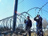 Inmigrantes que piden asilo deberán esperar en contenedores de carga en la frontera de Hungría