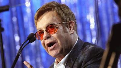 """Elton John está indignado por la idea de una legisladora estatal en EEUU de """"poner en cuarentena"""" a los enfermos con VIH"""