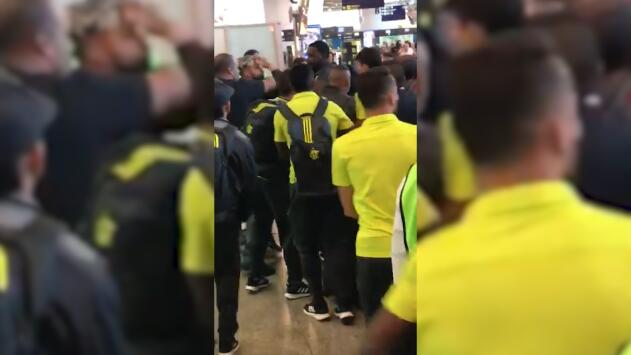 Exfigura de la selección de Brasil casi se pelea con hinchas del Flamengo en pleno aeropuerto